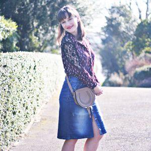 La jupe en jean boutonnée