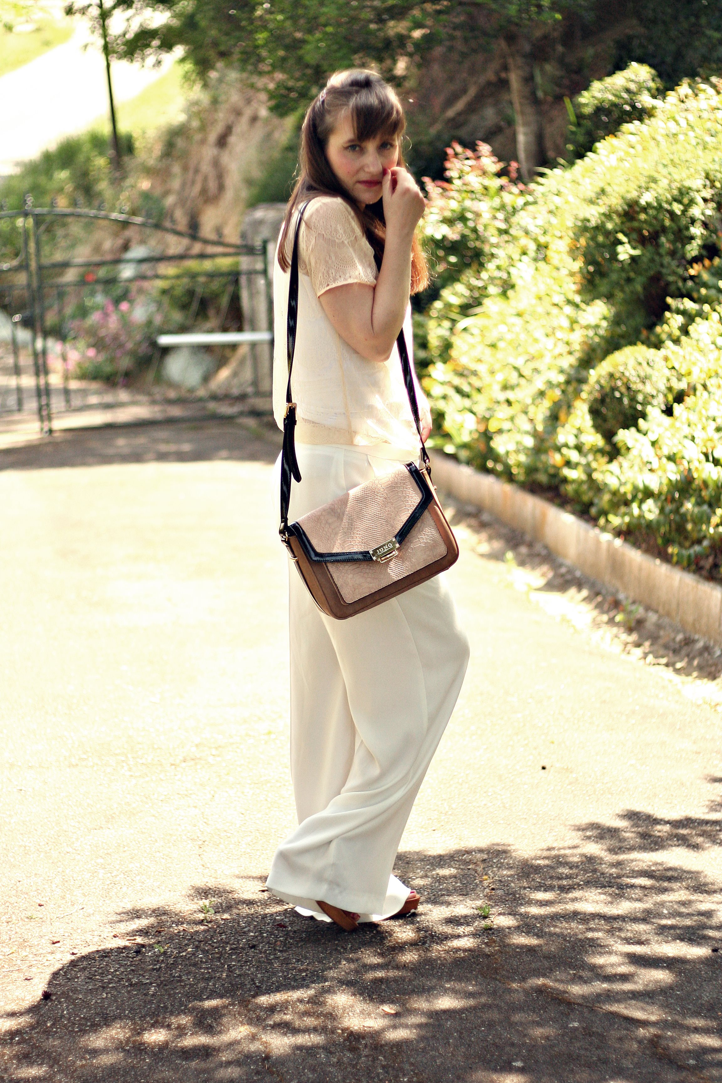 total look blanc pantalon blanc collier shourouk