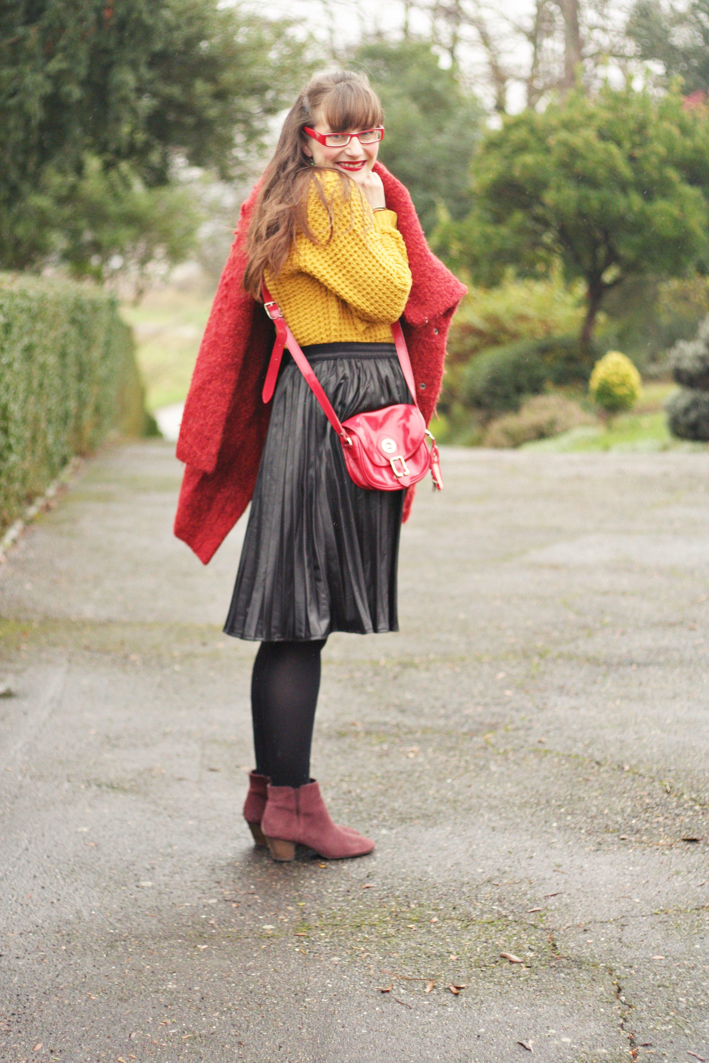 look pull moutarde jupe midi street style jupe plissée cuir