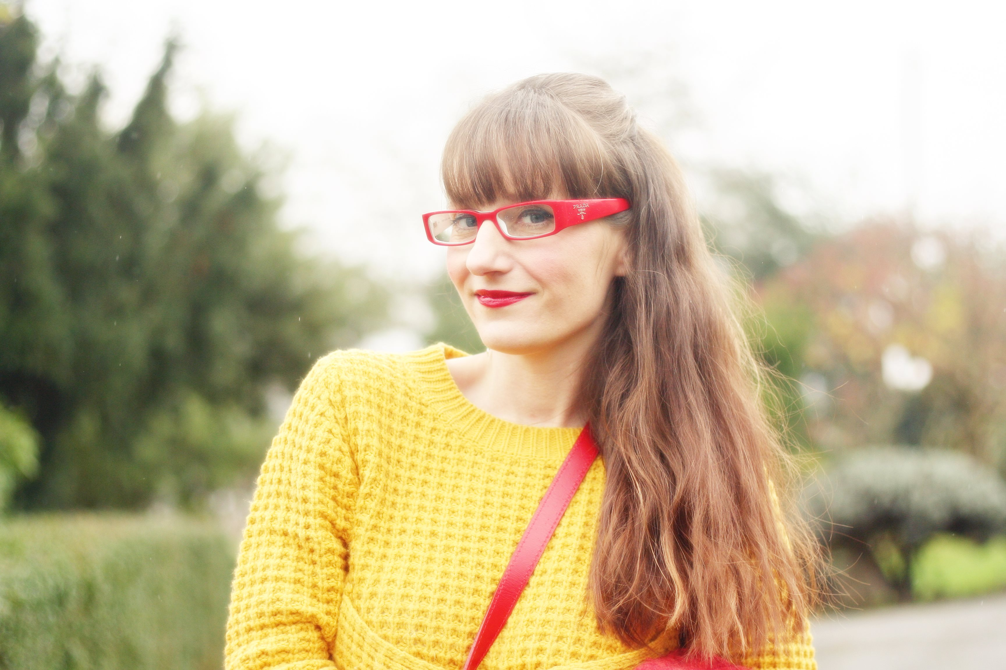 street style pull moutarde lunette rouge prada
