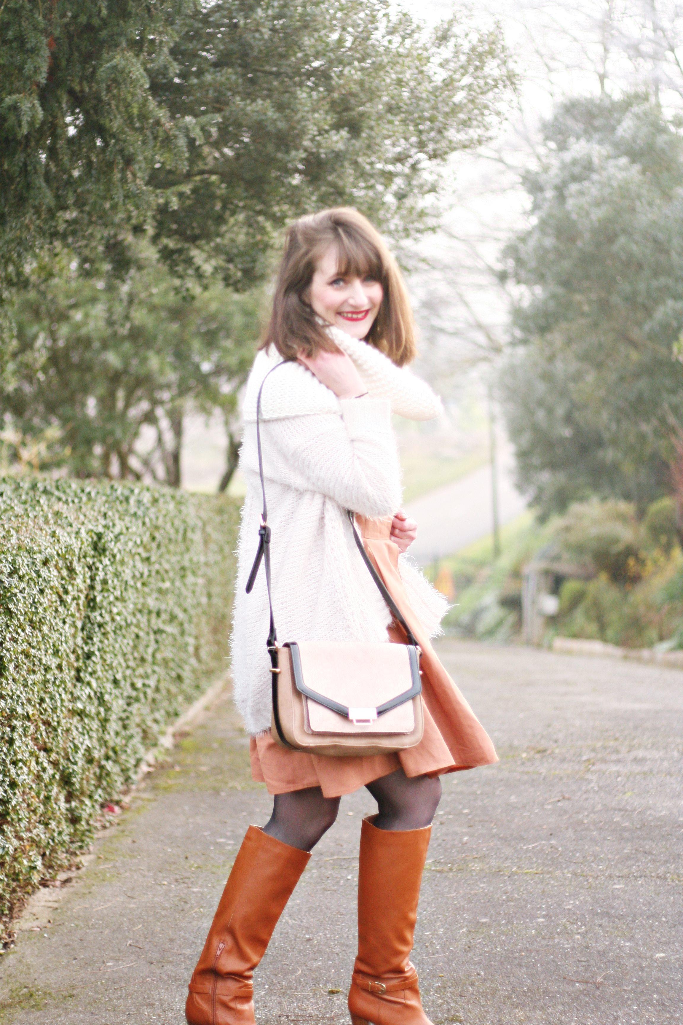 lookblanc-blogmodefemme-mademoiselletara-bottescamel-coupecarrée-strretstylecarréflou