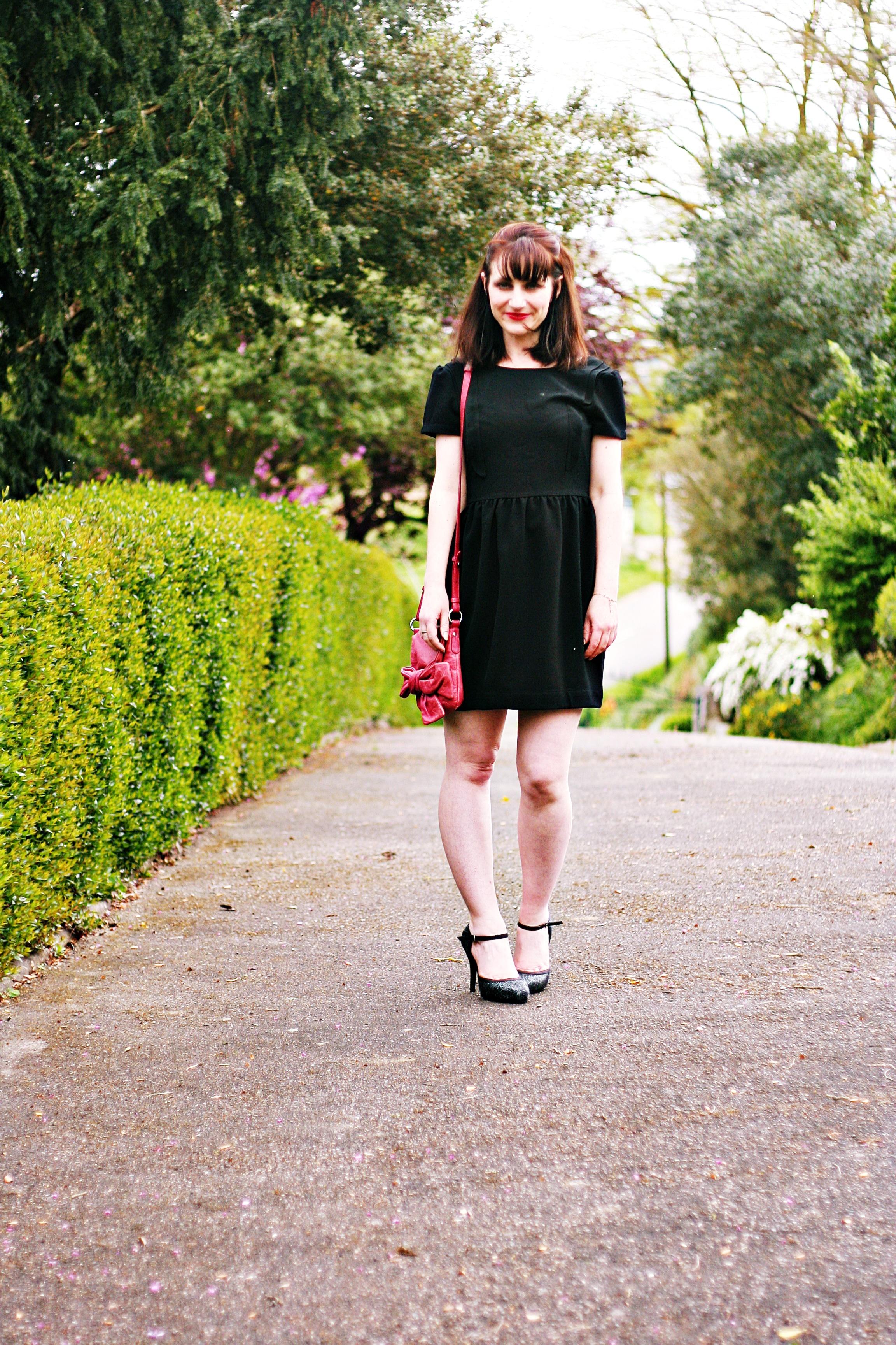robe-noire-dos-boutonné-rond-black-dress-street-style-blog-mode-bymonshowroom-robe-noire-rétro-letanneur-look-sac-rouge