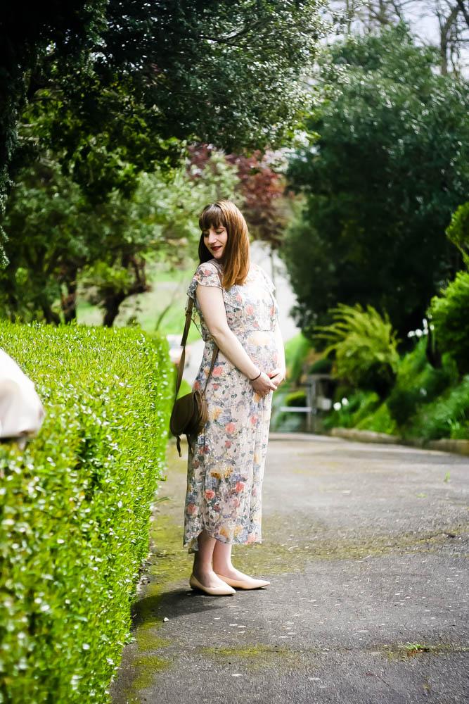look-grossesse-maternity-robe-brodee-fleurs-street-style-robe-longues-fleurs-lookramantique-blog-mode-femme