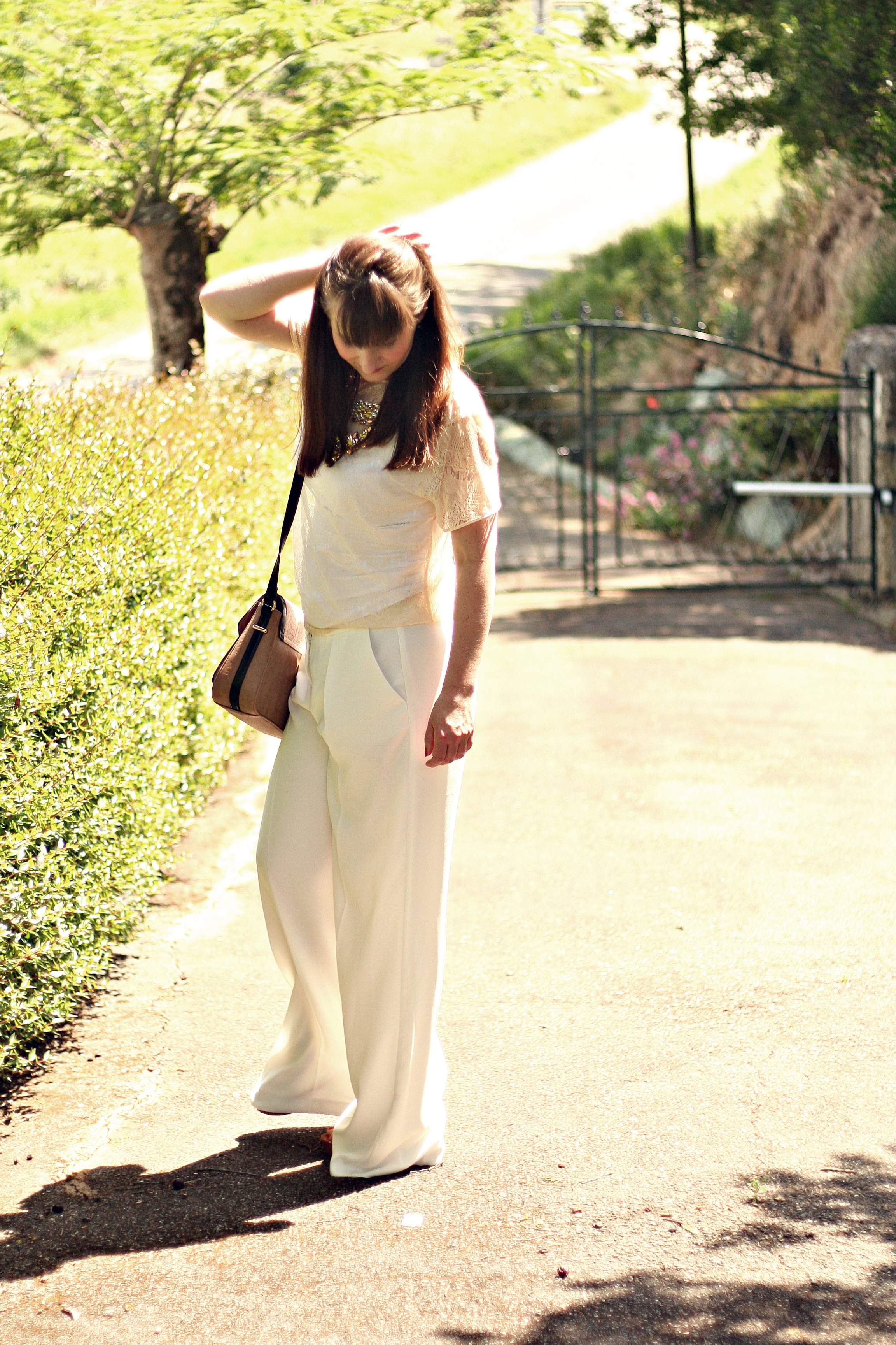 total look blanc pantalon blanc collier shourouk