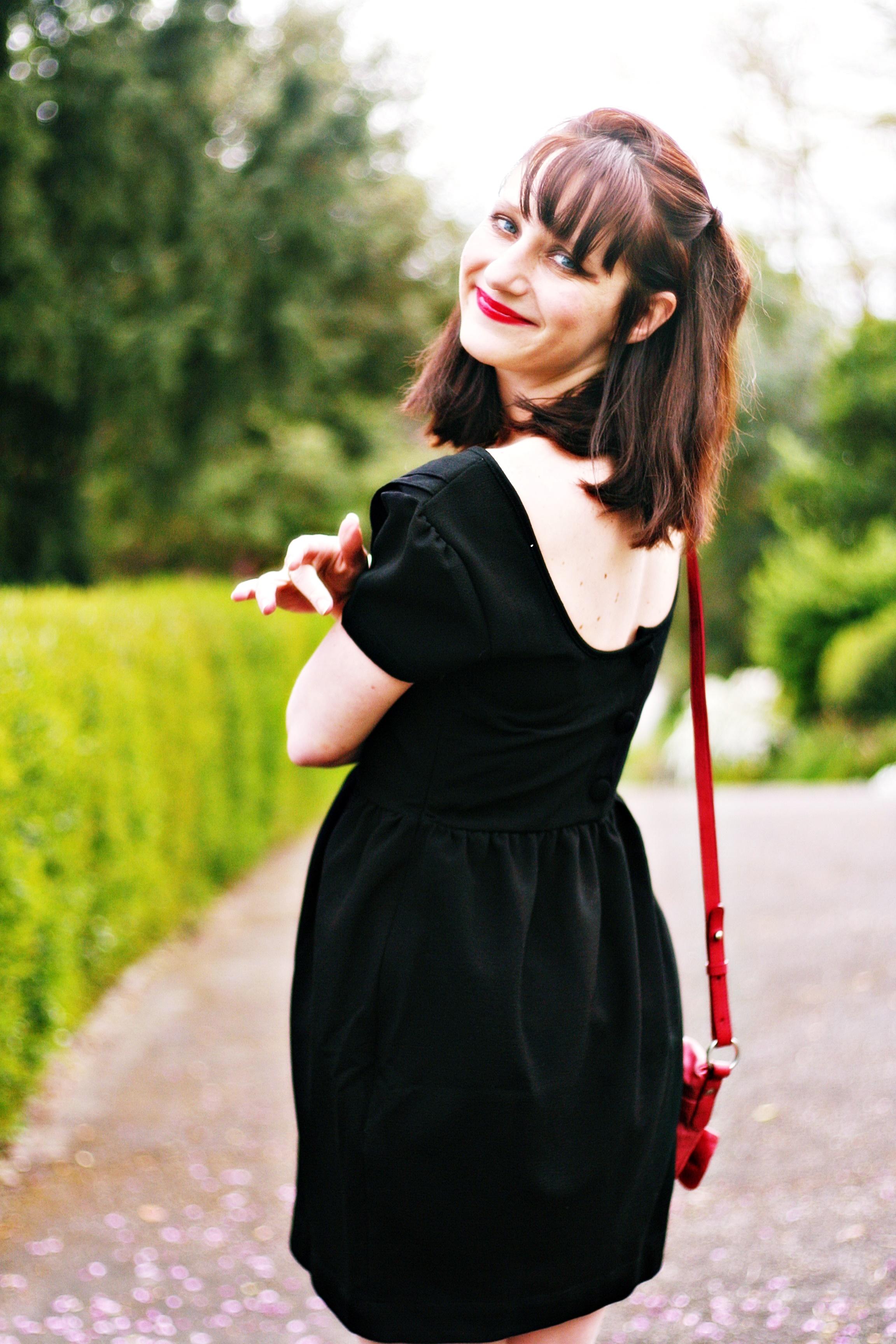 robe-noire-dos-boutonné-rond-black-dress-street-style-blog-mode-bymonshowroom-robe-noire-rétro