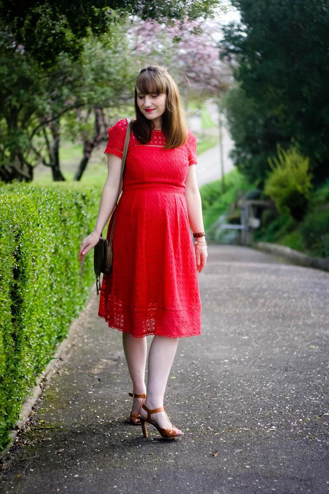 blog-mode-look-robe-rouge-dentelle-ceremonie-mariage-invitee-robe-chic-rouge-boden-robe-midi